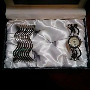 NWOT Women's Silvertone Watch Set